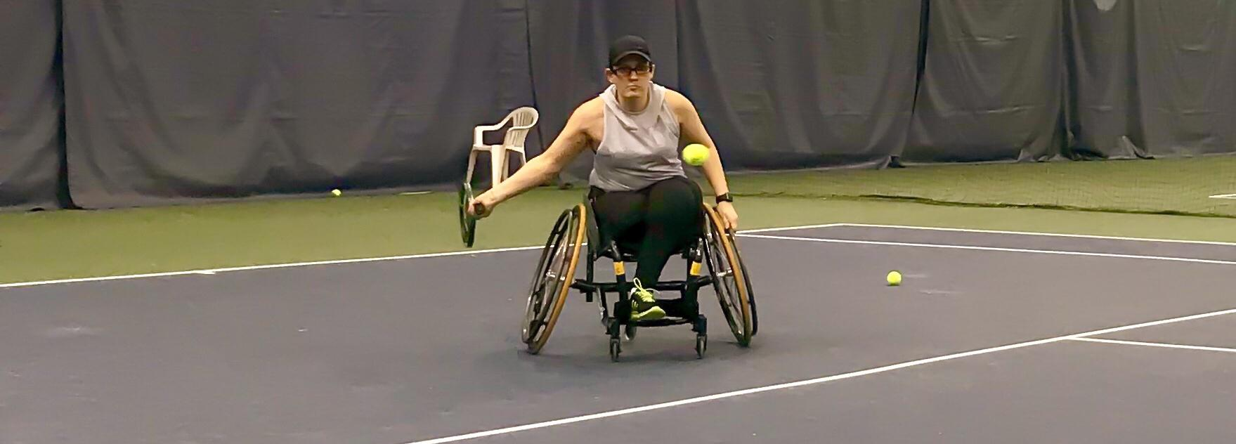 Joueuse de tennis en fauteuil roulant. Click here to play video.